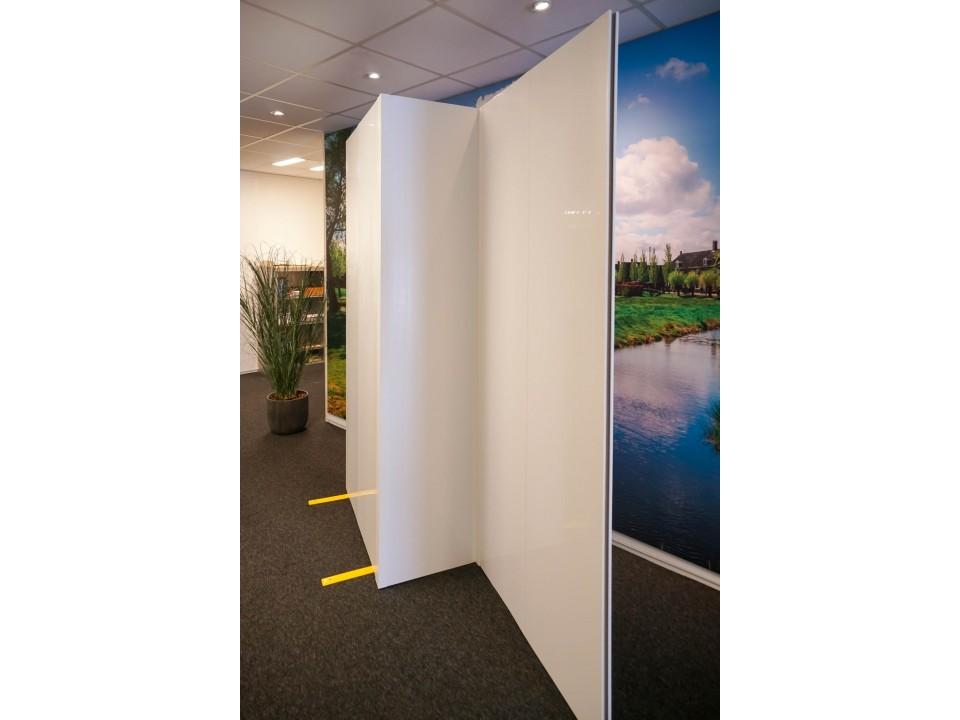 Hoek scheidingswand van kunststof en modulair en flexibel toe te passen