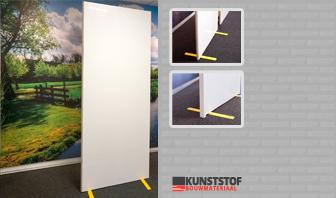 Scheidingswand van kunststof is op deze afbeelding te zien, deze om een werkplek, looproute of ruimte te scheiden. Dit door panelen met staander en voet voor vrijstaande opstelling